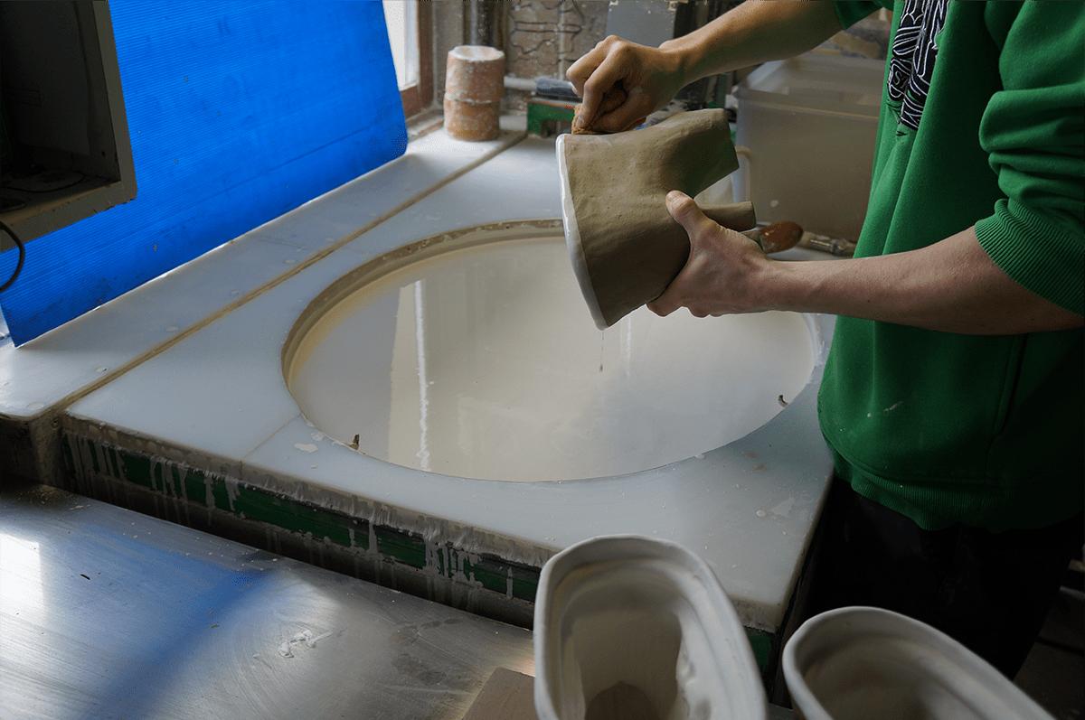 etape émaillage poterie Friedmann savoir-faire artisanal