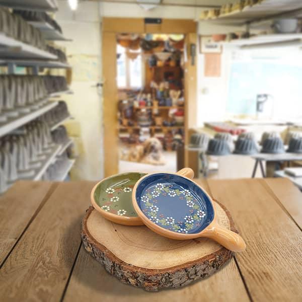 lot plats œufs en terre cuite décorés poterie friedmann, savoir faire artisanal fabriqué à soufflenheim alsace
